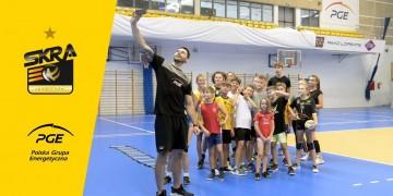 Wakacje z PGE Skrą 2019 - trening z Maćkiem, wizyta u fizjo, turniej z siatkarzami na PlayStation